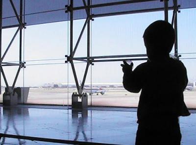 Un niño de siete años pasa dos días en la sala de tránsito de Barajas